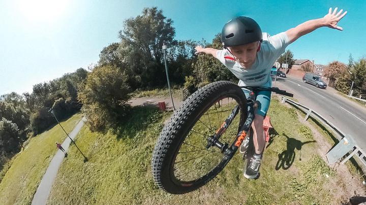 כיצד לעזוב ידיים באופניים הרים בקפיצה